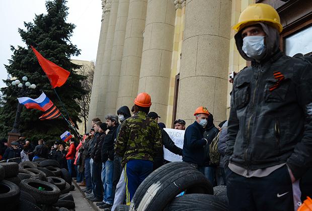 Пророссийские активисты у здания Харьковской обладминистрации, весна 2014 года