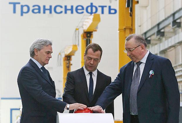 «Кормить эту шпану вдоль трубы никто не собирается», — говорил еще в 2014 году глава «Транснефти» Николай Токарев (на фото — справа). Через два года Россия вышла из соглашения по нефтепродуктопроводам.