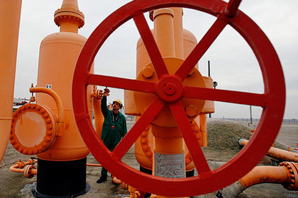 A worker controls a gas valve in pipelines at oil and gas group MOL's gas transmission subsidiary in Vecses January 17, 2009. Russian Prime Minister Vladimir Putin, his Ukrainian counterpart Yulia Timoshenko and European Union officials are meeting in Moscow on Saturday to search for a solution for the gas dispute between Russia and Ukraine.