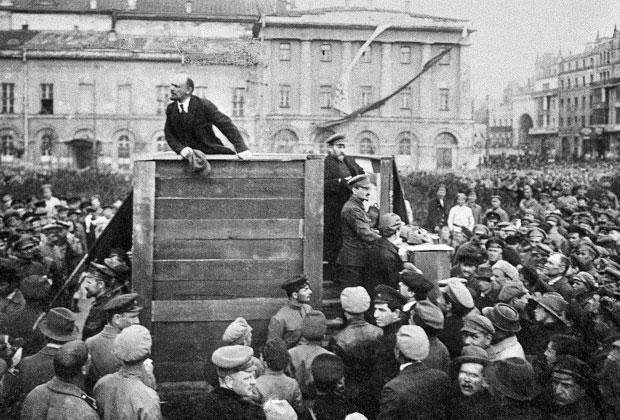 Владимир Ильич Ленин выступает с речью на площади Свердлова. 5 мая 1920 года