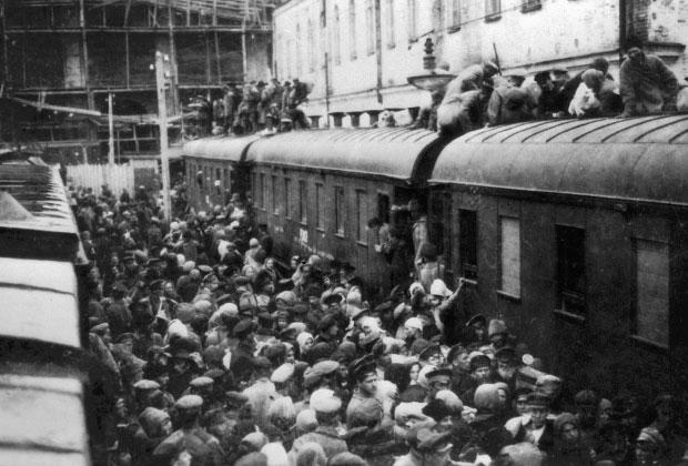 Толпа пассажиров пытается сесть в поезд на вокзале в годы Гражданской войны в России. Петроград, 1919 год