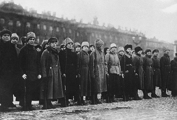 Женский революционный отряд перед отправой на фронт в 1918 году