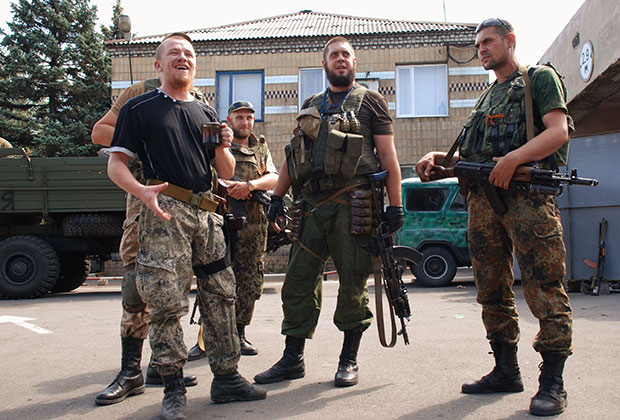 Ополченцы ДНР в Донецкой области. Моторола слева.