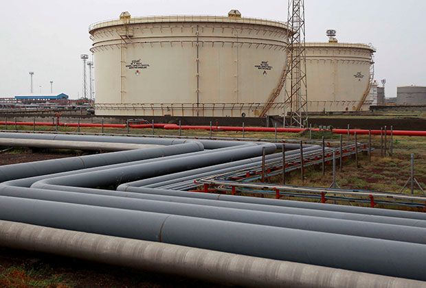 Storage tanks of an oil refinery of Essar Oil, which runs India's second biggest private sector refinery, are pictured in Vadinar in the western state of Gujarat, India, October 4, 2016.  REUTERS/Amit Dave/File Photo - RTSS8E5
