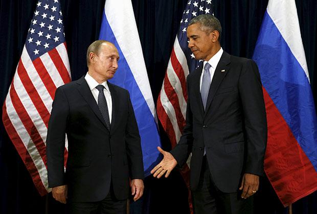 Президент США Барак Обама протягивает своему российскому коллеге Владимиру Путину руку на встрече в Генасамблее ООН, сентябрь 2015 года