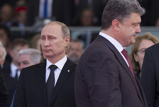 Президент России Владимир Путин (слева) и избранный президент Украины Петр Порошенко во время торжественной церемонии празднования 70-летия высадки союзников в Нормандии, июнь 2014 года
