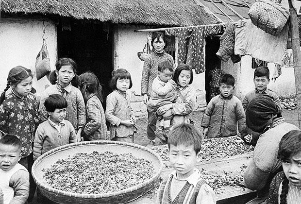 Жители деревни, расположенной возле Шанхая. 11 июня 1961
