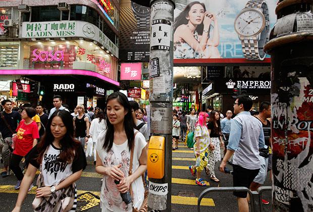 Улица в гонконгском районе Козуэй-Бей. 22 июля 2014