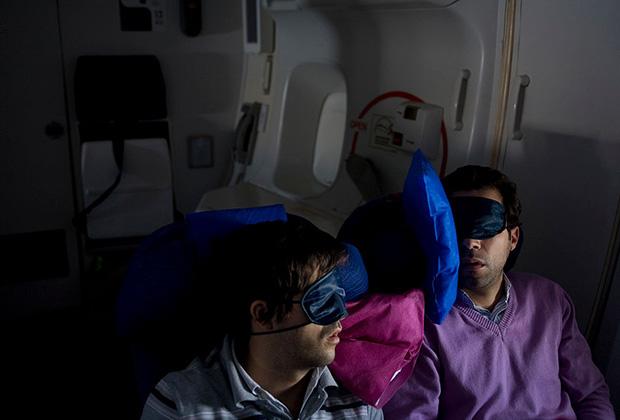 Подушки, беруши и маска для сна — залог комфорта при дальних перелетах