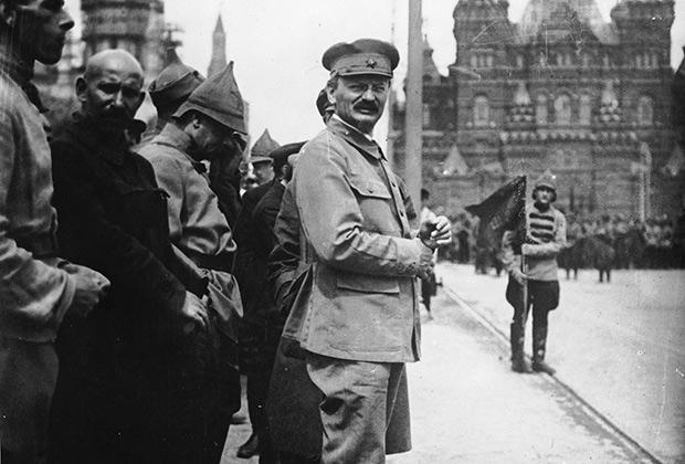 Лев Троцкий на военном параде на Красной площади в 1924 году