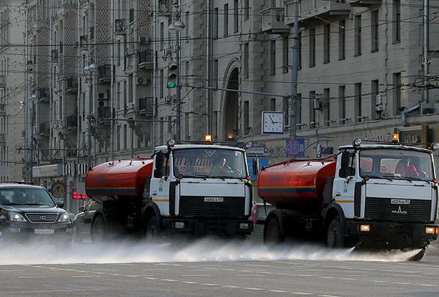 «Почему у вас поливают улицы во время дождя»?