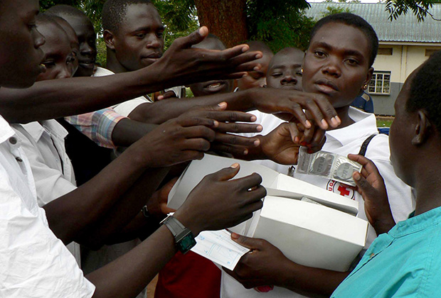 Сотрудники Красного Креста раздают презервативы жителям Уганды