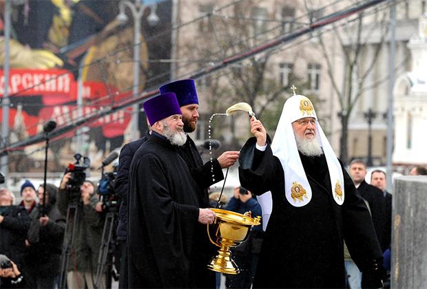 По словам патриарха Кирилла, памятник — вопрос всем современникам об искренности их любви к Отечеству