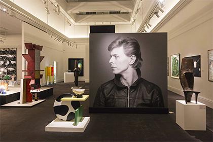 Открытая встолице Англии выставка личных вещей Дэвида Боуи побила рекорды посещаемости