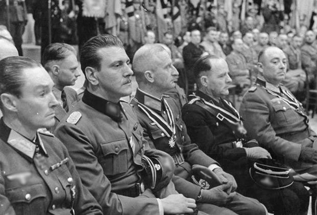 Фриц Рейнгардт (третий справа), 1943 год