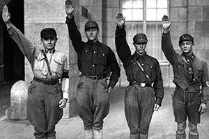 Адольф Гитлер проезжает перед штурмовыми отрядами СА, 1930 год