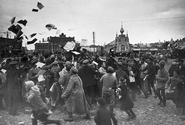 Агитаторы разбрасывают листовки у Дома Советов. Вязьма, 1917 год