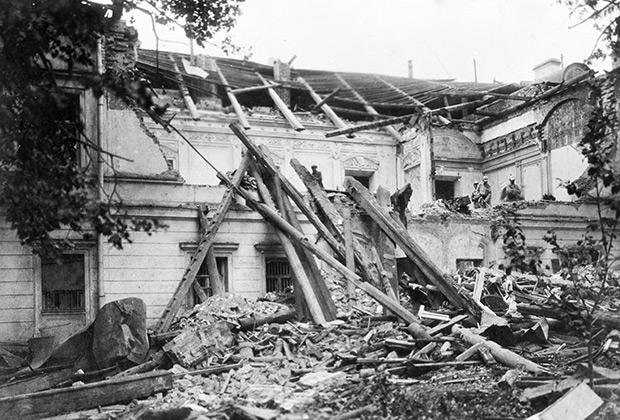 Разрушенное взрывом здание Московского комитета РКП(б) в Леонтьевском переулке в результате террористического акта, совершенного группой анархистов, 1919 год