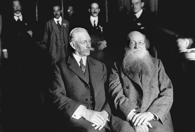 Участники Государственного совещания Павел Николаевич Милюков (слева) и Петр Алексеевич Кропоткин