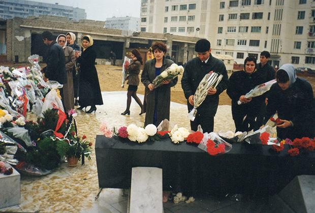 1997 год. Первая годовщина теракта. Мемориал на месте взорванного дома