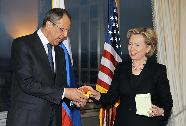 Госсекретарь США Хиллари Клинтон подарила главе МИД России Сергею Лаврову сувенир в виде кнопки, на которой латинскими буквами было написано Peregruzka, 2009 год