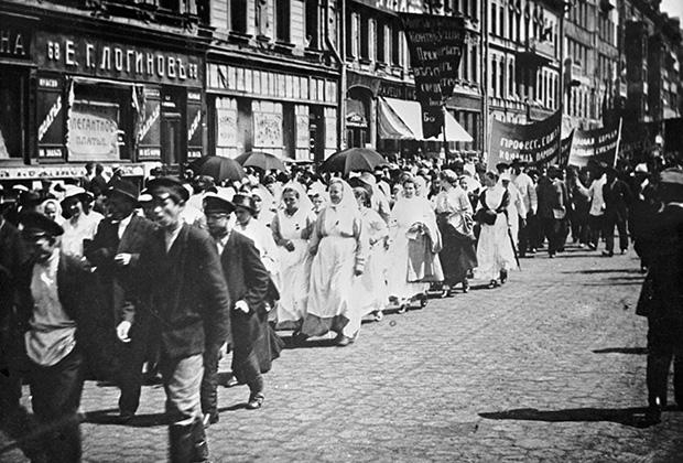 """Политическая демонстрация против Временного правительства под лозунгом """"Вся власть Советам""""; Петроград, 18 июня 1917 года"""