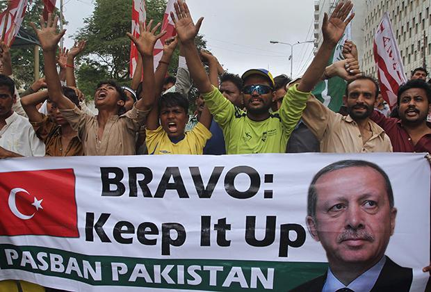 Демонстрация в Карачи в поддержку Эрдогана после провала переворота