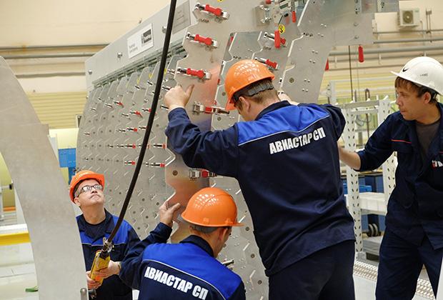Рабочие в цехе сборки компонентов самолета МС-21