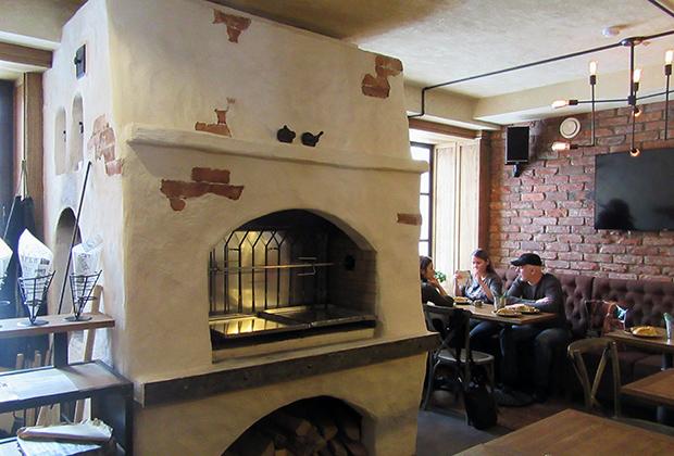 В  центре зала Zavod Bar — русская печь, где и готовятся самые вкусные блюда