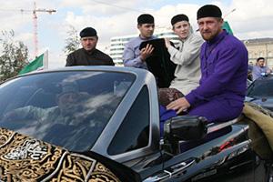 962506 21.09.2011 Автомобиль кортежа с чашей у мечети имени Ахмата Кадырова. Глава Чеченской Республики Рамзан Кадыров в автомобиле справа.