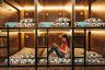 «Якорный парк» расположен в пяти минутах ходьбы от исторического центра карельской столицы. Путешественники могут остановиться в шести- или четырехместном капсульном номере. Каждое место оборудовано индивидуальным освещением, внизу расположены ячейки для хранения багажа. В хостеле есть прачечная и отлично оборудованная кухня. В свободное время можно пользоваться игровой приставкой.