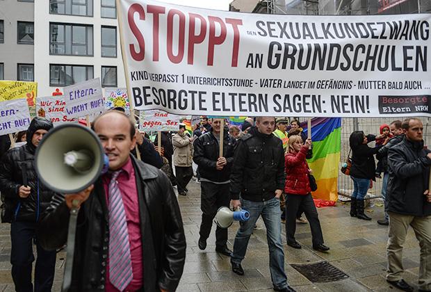 Участники марша родителей, выступающих против «принудительной сексуализации детей в начальных школах Германии»