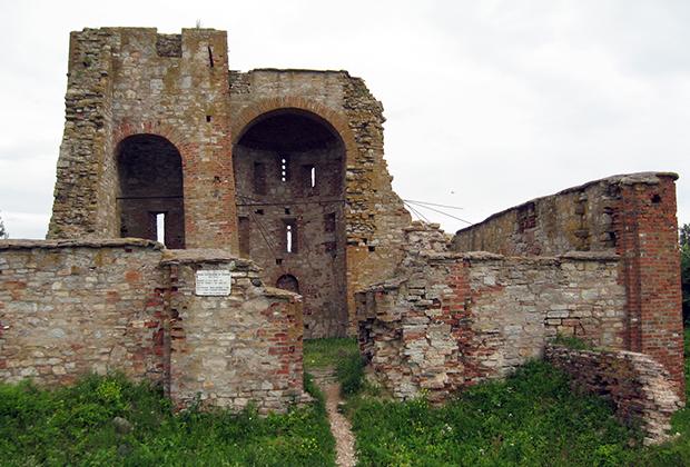 Руины церкви Благовещения на Городище в окрестностях Великого Новгорода. 1103 год, XIV век