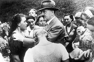 Адольф Гитлер в окружении девушек