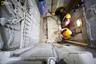 Рабочие снимают мраморную плиту, закрывавшую Гроб Господень. На согласование работ потребовалось разрешение глав общин, которые пользуются храмом.