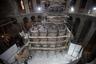 Вид на гробницу Иисуса Христа в храме Гроба Господня в Иерусалиме в окружении строительных лесов. Работы по восстановлению Кувуклии будут идти еще около пяти месяцев. Сломанные или хрупкие части заменят, а не пострадавшие фрагменты очистят и усилят.