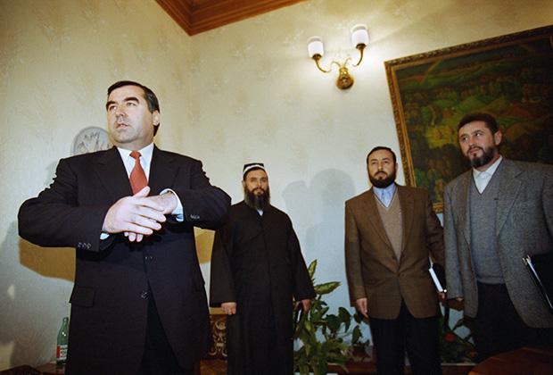 Президент Таджикистана Эмомали Рахмонов и делегация Объединенной таджикской оппозиции, на втором плане слева — Саид Абдулло Нури