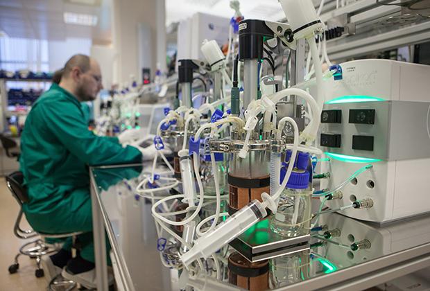 Сотрудники лаборатории отдела разработки биотехнологических процессов компании Biocad в Санкт-Петербурге занимаются моделированием биотехнологических процессов в биореакторах.
