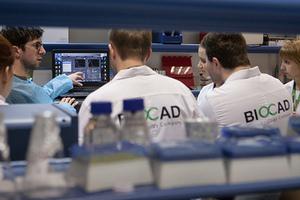 Сотрудники лаборатории отдела разработки биотехнологических процессов компании Biocad в Санкт-Петербурге.