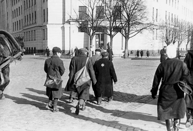Латвийские евреи на пути к Рижскому гетто