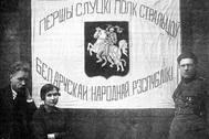 Сторонники Белорусской народной республики перед боевым знаменем