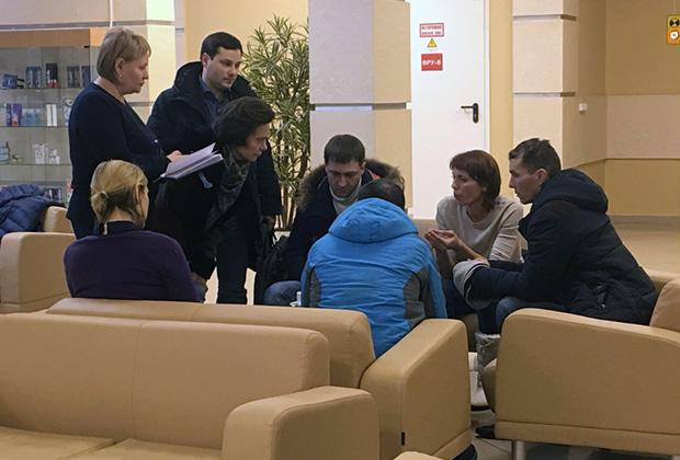 Родственники погибших и пострадавших беседуют с психологами в гостинице «Олимпийская» в Ханты-Мансийске