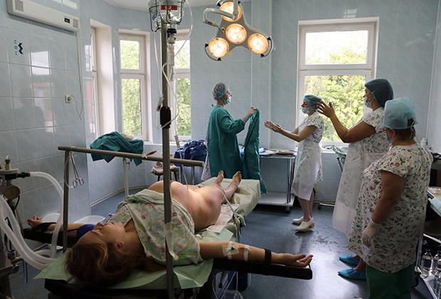 Роженица на операционном столе перед началом операции кесарева сечения