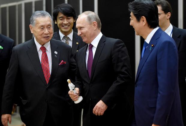 Владимир Путин во время визита в Токио, держит в руках статуэтку основателя дзюдо Дзигоро Кано