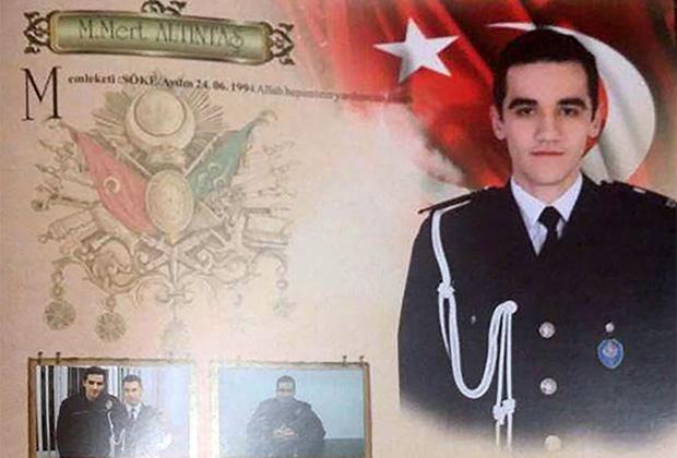 Мевлют Мерт Алтынташ в полицейской форме