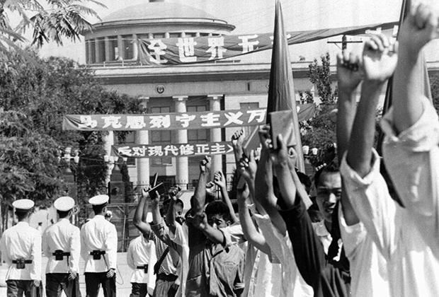 Хунвейбины у советского посольства летом 1966 года, за полгода до осады