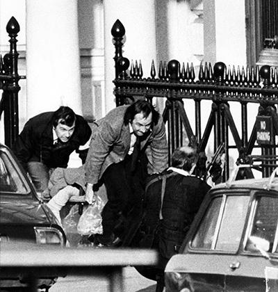 Сотрудники иранского посольства выходят из здания во время штурма