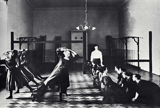 Урок гимнастики в Смольном институте. Санкт-Петербург, 1913 год