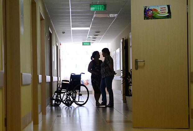 Посетители в коридоре первого детского хосписа