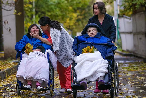Медсестры и пациенты Центра паллиативной медицины на прогулке